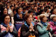 "Слушатели в зале вслед за монахами читают ""Сутру сердца"" в начале второго дня учений Его Святейшества Далай-ламы в университете Шова Джоси. Токио, Япония. 13 апреля 2015 г. Фото: Тензин Джигме"