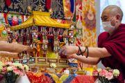Монахи делают приготовления к посвящению Авалокитешвары во второй день учений Его Святейшества Далай-ламы в университете Шова Джоси. Токио, Япония. 13 апреля 2015 г. Фото: Тензин Джигме