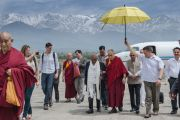Его Святейшество Далай-лама встречает архиепископа Десмонда Туту в аэропорте Кангры. Дхарамсала, Индия. 18 апреля 2015 г. Фото: Тензин Чойджор (офис ЕСДЛ)