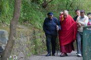 Его Святейшество Далай-лама и архиепископ Десмонд Туту направляются из частной резиденции в зал для приемов, чтобы начать беседы о радости, которые в дальнейшем будут изданы отдельной книгой. Дхарамсала, Индия. 18 апреля 2015 г. Фото: Тензин Чойджор (офис ЕСДЛ)