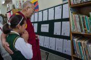 Его Святейшество Далай-лама читает сочинения о радости учеников Тибетской детской деревни. Дхарамсала, Индия. 23 апреля 2015 г. Фото: Тензин Чойджор (офис ЕСДЛ)