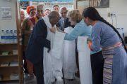Архиепископу Десмонду Туту по тибетской традиции вручают белый шарф в Тибетской детской деревне в Верхней Дхарамсале, куда он прибыл вместе с Его Святейшеством Далай-ламой. Дхарамсала, Индия. 23 апреля 2015 г. Фото: Тензин Чойджор (офис ЕСДЛ)