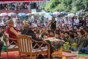 Ученица задает вопрос Его Святейшеству Далай-ламе и архиепископу Туту во время их посещения Тибетской детской деревни. Дхарамсала, Индия. 23 апреля 2015 г. Фото: Тензин Чойджор (офис ЕСДЛ)