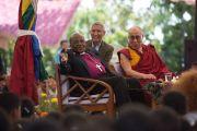 Архиепископ Туту обращается к собравшимся во дворе Тибетской детской деревни. Дхарамсала, Индия. 23 апреля 2015 г. Фото: Тензин Чойджор (офис ЕСДЛ)
