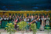 Школьный музыкальный коллектив и хор Тибетской детской деревни исполняют песню для Его Святейшества Далай-ламы и архиепископа Туту. Дхарамсала, Индия. 23 апреля 2015 г. Фото: Тензин Чойджор (офис ЕСДЛ)