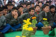 Ученики Тибетской детской деревни внимательно слушают ответы Его Святейшества Далай-ламы и архиепископа Туту на вопросы слушателей. Дхарамсала, Индия. 23 апреля 2015 г. Фото: Тензин Чойджор (офис ЕСДЛ)