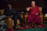 Его Святейшество Далай-лама и архиепископ Туту на третий день бесед, запись которых ляжет в основу их совместной книги о радости. Дхарамсала, Индия. 22 апреля 2015 г. Фото: Тензин Чойджор (офис ЕСДЛ)