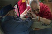 Его Святейшество Далай-лама прощается с архиепископом Туту по окончании его визита в Дхарамсалу. Дхарамсала, Индия. 22 апреля 2015 г. Фото: Тензин Чойджор (офис ЕСДЛ)