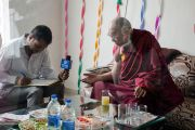 Его Святейшество Далай-лама отвечает на вопросы журналиста Анила Патвара. Кангра, штат Химачал-Прадеш, Индия. 9 мая 2015 г. Фото: Тензин Чойджор (офис ЕСДЛ)