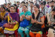 Слушатели аплодируют Его Святейшеству Далай-ламе после его выступления в новом информационном центре. Кангра, штат Химачал-Прадеш, Индия. 9 мая 2015 г. Фото: Тензин Чойджор (офис ЕСДЛ)