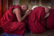 Монахи во время подготовки к посвящению Гухьясамаджи, дарованному Его Святейшеством Далай-ламой в тантрическом монастыре-университете Гьюто. Сидбхари, Химачал-Прадеш, Индия. 11 мая 2015 г. Фото: Тензин Чойджор (офис ЕСДЛ)