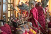 Молодые монахи раздают собравшимся стебли травы куша во время подготовки к посвящению Гухьясамаджи, дарованному Его Святейшеством Далай-ламой в тантрическом монастыре-университете Гьюто. Сидбхари, Химачал-Прадеш, Индия. 11 мая 2015 г. Фото: Тензин Чойджор (офис ЕСДЛ)