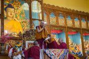 Его Святейшество Далай-лама приветствует собравшихся в начале четырехдневных учений в тантрическом монастыре-университете Гьюто. Сидбхари, Химачал-Прадеш, Индия. 10 мая 2015 г. Фото: Тензин Чойджор (офис ЕСДЛ)