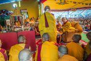 """Его Святейшество Далай-лама проводит подготовительные ритуалы перед посвящением Авалокитешвары в заключительный день учений в """"Тибетской детской деревне"""". Верхняя Дхарамсала, Индия. 29 мая 2015 г. Фото: Тензин Чойджор (офис ЕСДЛ)"""