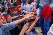 """Учащиеся """"Тибетской детской деревни"""" получают защитные шнурки во время посвящения Авалокитешвары. Верхняя Дхарамсала, Индия. 29 мая 2015 г. Фото: Тензин Чойджор (офис ЕСДЛ)"""
