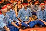 """Учащиеся """"Тибетской детской деревни"""" медитируют во время посвящения Авалокитешвары, которое даровал Его Святейшество Далай-лама. Верхняя Дхарамсала, Индия. 29 мая 2015 г. Фото: Тензин Чойджор (офис ЕСДЛ)"""