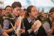 """Учащиеся """"Тибетской детской деревни"""" читают молитвы, в то время как Его Святейшество Далай-лама проводит подготовительные ритуалы для посвящения Авалокитешвары. Верхняя Дхарамсала, Индия. 29 мая 2015 г. Фото: Тензин Чойджор (офис ЕСДЛ)"""