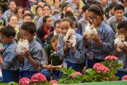 """Учащиеся """"Тибетской детской деревни"""" совершают подношения во время молебна о долголетии Его Святейшества Далай-ламы. Верхняя Дхарамсала, Индия. 29 мая 2015 г. Фото: Тензин Чойджор (офис ЕСДЛ)"""