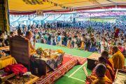 """Его Святейшество Далай-лама наблюдает за учащимися """"Тибетской детской деревни"""", которые несут традиционные подношения во время молебна о долголетии. Верхняя Дхарамсала, Индия. 29 мая 2015 г. Фото: Тензин Чойджор (офис ЕСДЛ)"""