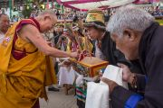 """Его Святейшество Далай-ламу встречают традиционным тибетским приветствием в """"Тибетской детской деревне"""". Верхняя Дхарамсала, Индия. 29 мая 2015 г. Фото: Тензин Чойджор (офис ЕСДЛ)"""