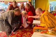 """Его Святейшество Далай-лама приветствует одну из первых воспитательниц """"Тибетской детской деревни"""". Верхняя Дхарамсала, Индия. 29 мая 2015 г. Фото: Тензин Чойджор (офис ЕСДЛ)"""