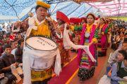 """Артисты, исполняющие тибетские народные песни и танцы, сопровождают Его Святейшество Далай-ламу к сцене в заключительный день его учений в """"Тибетской детской деревне"""". Верхняя Дхарамсала, Индия. 29 мая 2015 г. Фото: Тензин Чойджор (офис ЕСДЛ)"""