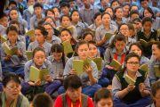 """Учащиеся """"Тибетской детской деревни"""" читают молитвы во время подношения пуджи долгой жизни Его Святейшеству Далай-ламе. Верхняя Дхарамсала, Индия. 29 мая 2015 г. Фото: Тензин Чойджор (офис ЕСДЛ)"""