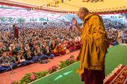 """Его Святейшество Далай-лама прощается с учащимися """"Тибетской детской деревни"""" после окончания посвящения Авалокитешвары и подношения пуджи долгой жизни. Верхняя Дхарамсала, Индия. 29 мая 2015 г. Фото: Тензин Чойджор (офис ЕСДЛ)"""