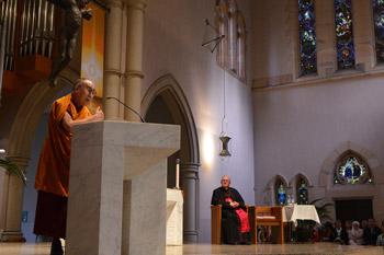 В Брисбене Далай-лама даровал учения и принял участие в межконфессиональном молебне в кафедральном соборе св. Стефана