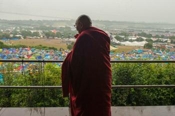 Далай-лама посетил Гластонберийский фестиваль