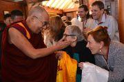 Его Святейшество Далай-лама здоровается со своими поклонниками в Леуре в штате Новый Южный Уэльс. Австралия. Фото: Джереми Рассел (офис ЕСДЛ)
