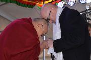 Его Святейшество Далай-лама и мэр Голубых гор Марк Гринхилл перед началом лекции в школе Катумбы. Голубые горы, штат Новый Южный Уэльс, Австралия. 8 июня 2015 г. Фото: Расти Стюарт