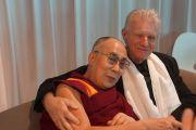 Его Святейшество Далай-лама со своим старым другом преподобным Билом Крюсом в аэропорту сиднейском аэропорту. Сидней, Австралия. 10 июня 2015 г. Фото: Джереми Рассел (офис ЕСДЛ)