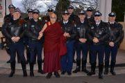 Его Святейшество Далай-лама фотографируется с местными полицейскими перед отъездом из Леуры. Штат Новый Южный Уэльс, Австралия. 10 июня 2015 г. Фото: Расти Стюарт