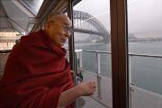 Его Святейшество Далай-лама смотрит на гавань Сиднея из окна Луна-парка. Сидней, Австралия. 10 июня 2015 г. Фото: Расти Стюарт