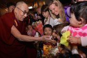 Его Святейшество Далай-ламу встречают в аэропорту Брисбена. Брисбен, Австралия. 10 июня 2015 г. Фото: Расти Стюарт