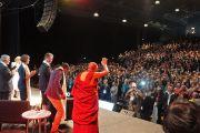 """Его Святейшество Далай-лама прощается с аудиторией после завершения первой сессии конференции """"Счастье и его причины"""". Сидней, Австралия. 10 июня 2015 г. Фото: Джереми Рассел (офис ЕСДЛ)"""