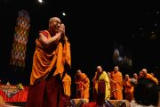 Его Святейшество Далай-лама приветствует собравшихся в зале перед началом учений. Брисбен, Квинсленд, Австралия. 11 июня 2015 г. Фото: Расти Стюарт
