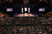 Вид на сцену конференц-зала во время учений Его Святейшества Далай-ламы. Брисбен, Квинсленд, Австралия. 11 июня 2015 г. Фото: Расти Стюарт