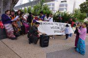 Сторонники Его Святейшества Далай-ламы ожидают его прибытия в конференц-зал, где будут проходить учения. Брисбен, Квинсленд, Австралия. 11 июня 2015 г. Фото: Расти Стюарт