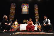 Его Святейшество Далай-лама отвечает на вопросы из зала. Брисбен, Квинсленд, Австралия. 12 июня 2015 г. Фото: Расти Стюарт