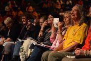 Во время заключительной  сессии учений Его Святейшества Далай-ламы. Брисбен, Квинсленд, Австралия. 12 июня 2015 г. Фото: Расти Стюарт