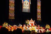 Вид на сцену брисбенского конференц-центра во время заключительной сессии учений Его Святейшества Далай-ламы. Брисбен, Квинсленд, Австралия. 12 июня 2015 г. Фото: Расти Стюарт