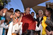 Его Святейшество Далай-лама и живущие в Австралии тибетцы, которые специально приехали в Улуру, чтобы послушать своего духовного лидера. Улуру, Северная Территория, Австралия. 13 июня 2015 г. Фото: Расти Стюарт