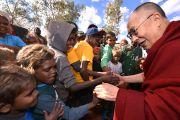 Его Святейшество Далай-лама здоровается с детьми из общины Мутитджулу. Улуру, Северная Территория, Австралия. 13 июня 2015 г. Фото: Расти Стюарт