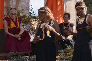 Его Святейшество Далай-ламу приветствуют на землях Мутитджулу традиционными песнями и танцами. Улуру, Северная Территория, Австралия. 13 июня 2015 г. Фото: Расти Стюарт