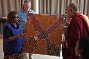 Члены общины Мутитджулу преподнесли в подарок Его Святейшеству Далай-ламе картину с изображением местной легенды о сотворении мира. Улуру, Северная Территория, Австралия. 13 июня 2015 г. Фото: Расти Стюарт