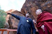 """Сэммми, председатель правления организации коренных владельцев, отвечает на вопросы Его Святейшества Далай-ламы во время посещения национального парка """"Улуру-Ката Тьюта"""". Улуру, Северная Территория, Австралия. 13 июня 2015 г. Фото: Расти Стюарт"""