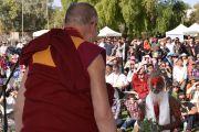 ЕГо Святейшество Далай-лама готовится обратиться с речью к жителям городка Юрала Овал. Улуру, Северная Территория, Австралия. 13 июня 2015 г. Фото: Расти Стюарт