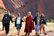 """Его Святейшество Далай-лама и его сопровождающие возвращаются с прогулки по национальному парку """"Улуру-Ката Тьюта"""". Улуру, Северная Территория, Австралия. 13 июня 2015 г. Фото: Расти Стюарт"""